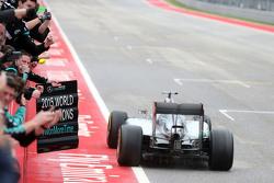 Льюис Хэмилтон, Mercedes AMG F1 W06 пересекает финишную черту первым
