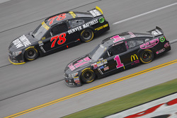 Jamie McMurray, Chip Ganassi Racing Chevrolet and Martin Truex Jr., Furniture Row Racing Chevrolet