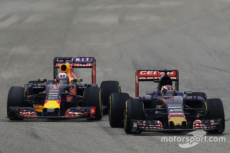 Max Verstappen, Scuderia Toro Rosso STR10 y Daniel Ricciardo, Red Bull Racing RB11 pelean por posición.