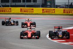 Себастьян Феттель, Ferrari SF15-T и Макс Ферстаппен, Scuderia Toro Rosso STR10 борьба за позицию