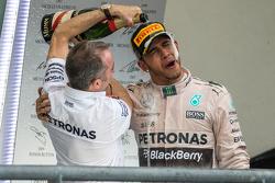 Подиум: победитель гонки и чемпион мира - Льюис Хэмилтон, Mercedes AMG F1 празднует на подиуме с Пад