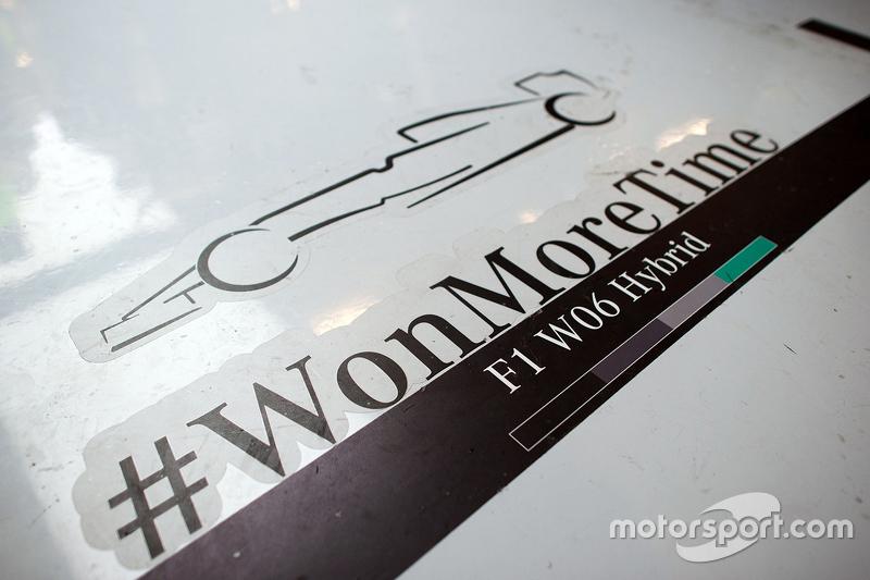 Mercedes AMG F1 святкування перемоги в чемпіонатах на піт-лейні