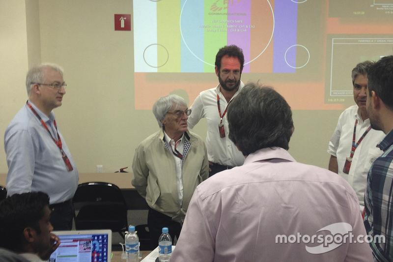 Bernie Ecclestone en la sala de prensa con los periodistas