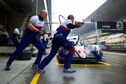 I meccanici della Toyota Racing  fanno pratica con i pitstop