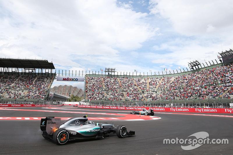 Nico Rosberg, Mercedes AMG F1 W06 con fuego en sus frenos traseros