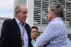 El ex Rey de España, Juan Carlos con Carlos Sainz