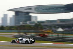 #17 Porsche Team Porsche 919 Hybrid : Timo Bernhard, Mark Webber, Brendon Hartley