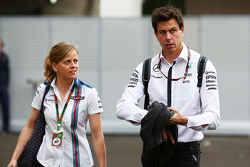 Cm.pb Вольф, пилот по разработке Williams со своим мужем Тото Вольфом, Mercedes AMG F1