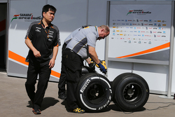 Дзюн Матсузаки, инжинер по шинам Sahara Force India F1 Team с шинам Pirelli