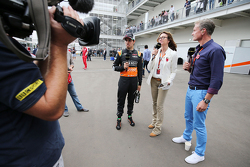 Sergio Perez, Sahara Force India F1 met Suzi Perry, BBC F1 Presentatrice en David Coulthard, Red Bull Racing en Scuderia Toro Adviseur en BBC Commentator