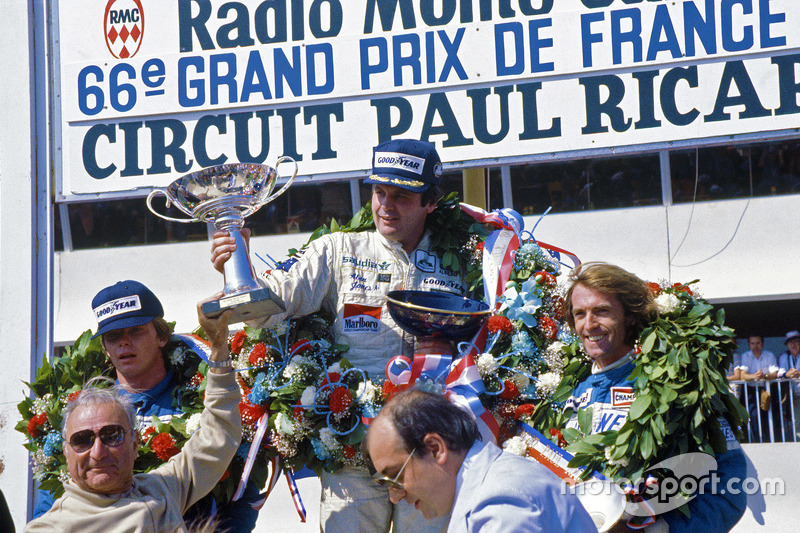 Podium: el ganador, Alan Jones, Williams, segundo, Didier Pironi, tercer lugar, Jacques Laffite