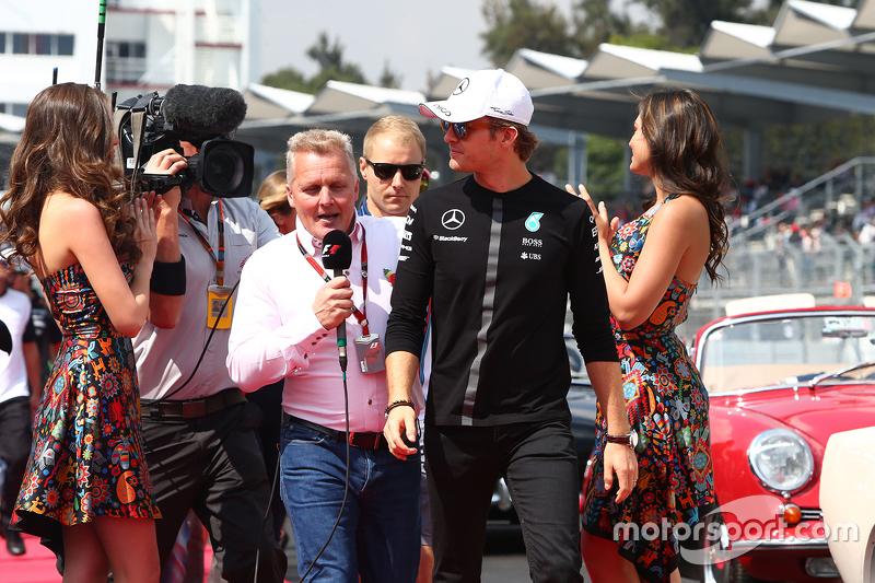 Ніко Росберг, Mercedes AMG F1 з Джоні Херберт, Sky Sports F1 Коментатор на параді пілотів.