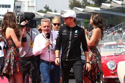 Nico Rosberg, Mercedes AMG F1 con Johnny Herbert, Sky Sports F1, en el desfile de pilotos.