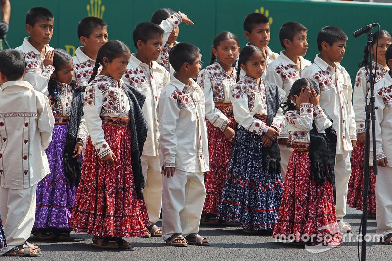 Los niños cantantes Mixes del estado de Oaxaca cantan el Himno en la parrilla.