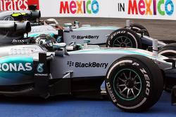Победитель гонки - Нико Росберг, Mercedes AMG F1 W06 и второе место - Льюис Хэмилтон, Mercedes AMG F