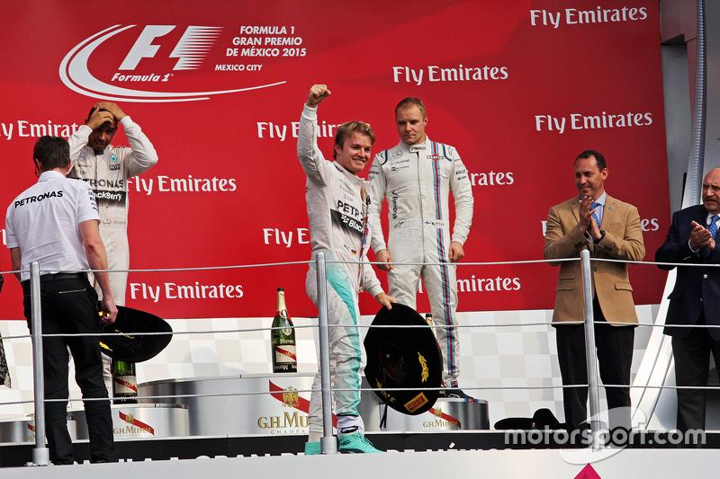 منصة التتويج: الفائز بالسباق نيكو روزبرغ، مرسيدس يحتفل بالفوز