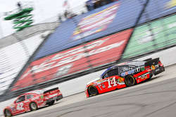 Kyle Larson, Chip Ganassi Racing Chevrolet and Tony Stewart, Stewart-Haas Racing Chevrolet