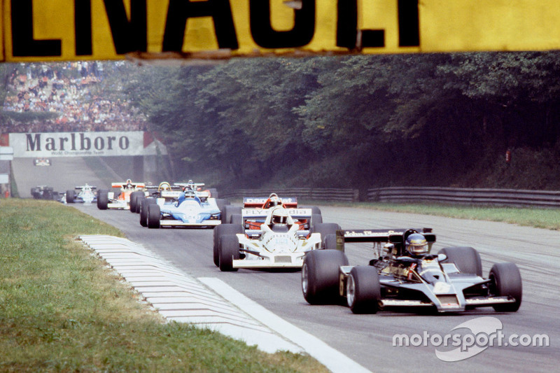 Ronnie Peterson, Lotus F1 Team and Alan Jones, Williams on the warm up lap