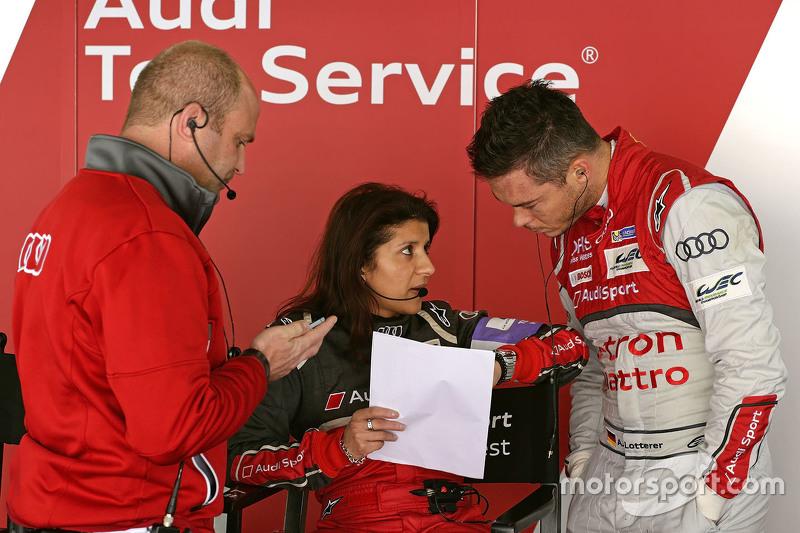 André Lotterer mit Andreas Roos, LMP1-Leiter, und Leena Gade, Renningenieurin, Audi Sport Team Joest