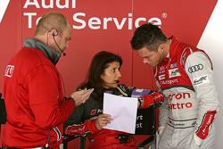 André Lotterer dengan Andreas Roos, Project Manager Racing LMP dan Leena Gade, race engineer Audi Sport Team Joest