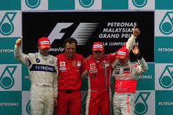 Podio: ganador de la carrera Kimi Raikkonen, segundo lugar de Robert Kubica y Heikki Kovalainen el tercer lugar y Stefano Domenicali, Scuderia Ferrari, director depoirtivo