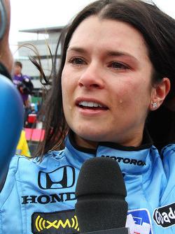 La pilote victorieuse Danica Patrick donne des interviews
