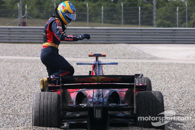 Sébastien Bourdais, Scuderia Toro Rosso spins out of the track