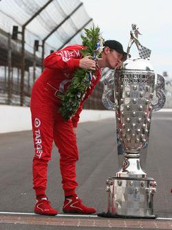 Scott Dixon gives the Borg Warner Trophy a kiss