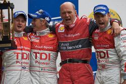 LMP1-Podium: 1. Tom Kristensen, Rinaldo Capello, Allan McNish mit Wolfgang Ullrich