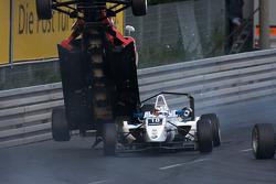 Nico Hulkenberg décolle sur la voiture de Martin Plowman