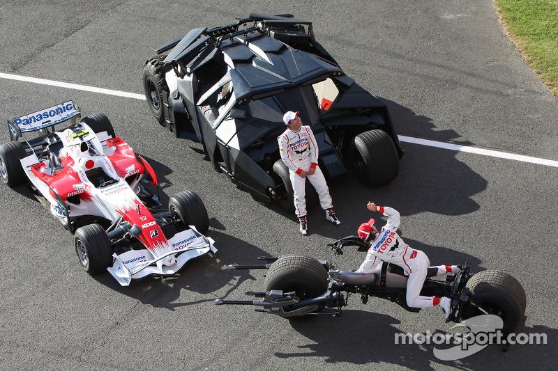 """Para promover Batman """"The Dark Knight"""", Timo Glock e Jarno Trulli, da Toyota realizaram ações de marketing"""
