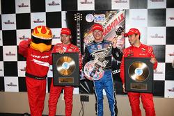 Podium: race winner Scott Dixon with Dan Wheldon and Helio Castroneves