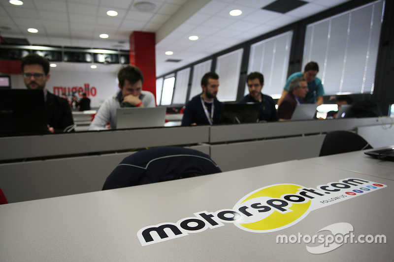فريق موتورسبورت.كوم يعمل في غرفة الصحافة