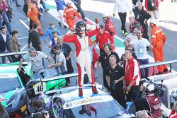 #55 Scuderia Autoropa Ferrari 458: Маттео Сантопонте празднует победу в закрытом парке