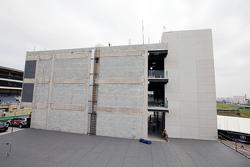 Новое здание паддока