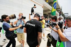 Льюис Хэмилтон, Mercedes AMG F1 прибывает в паддок