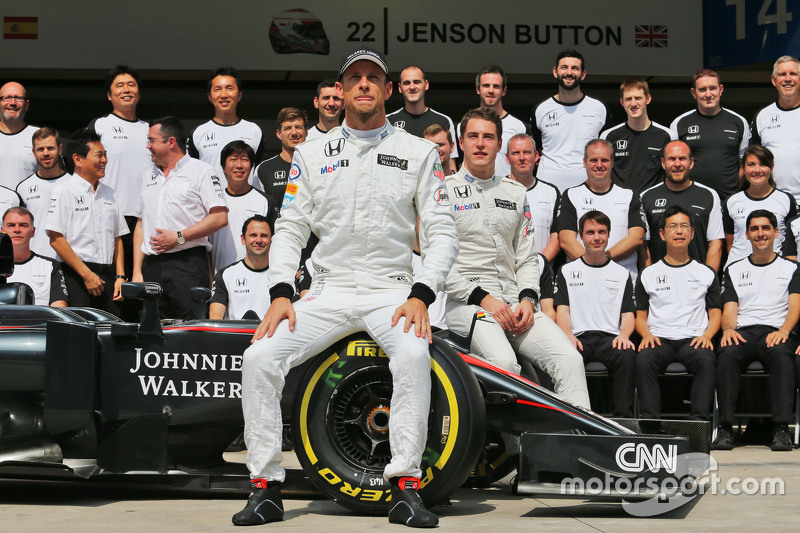 Jenson Button, McLaren and Stoffel Vandoorne, McLaren Test and Reserve Driver at a team photograph