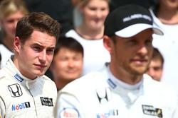 Стоффель Вандорн, тестовый и резервный пилот McLaren F1 Team и Дженсон Баттон, McLaren на командном фото