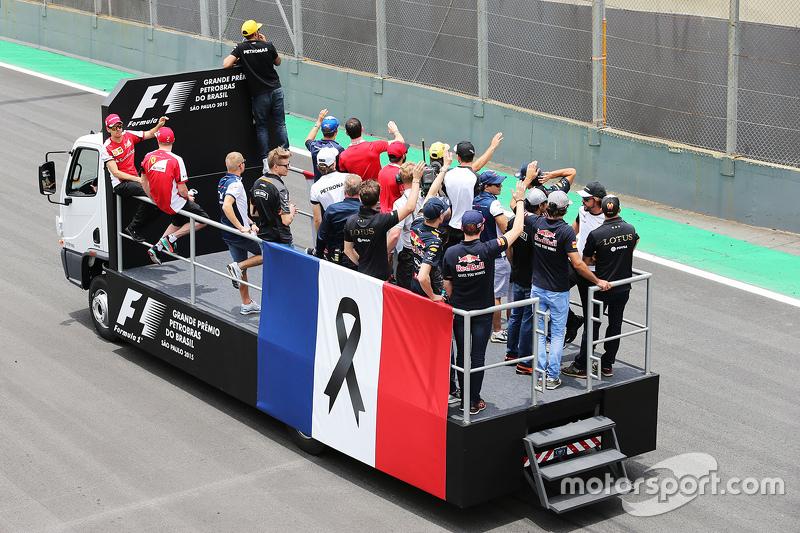 F1 homenaje  a las víctimas de los ataques terroristas en París durante el desfile de pilotos