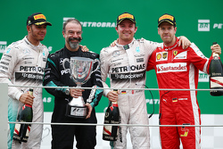 Podium: winnaar Nico Rosberg, Mercedes AMG F1, tweede plaats Lewis Hamilton, Mercedes AMG F1, derde