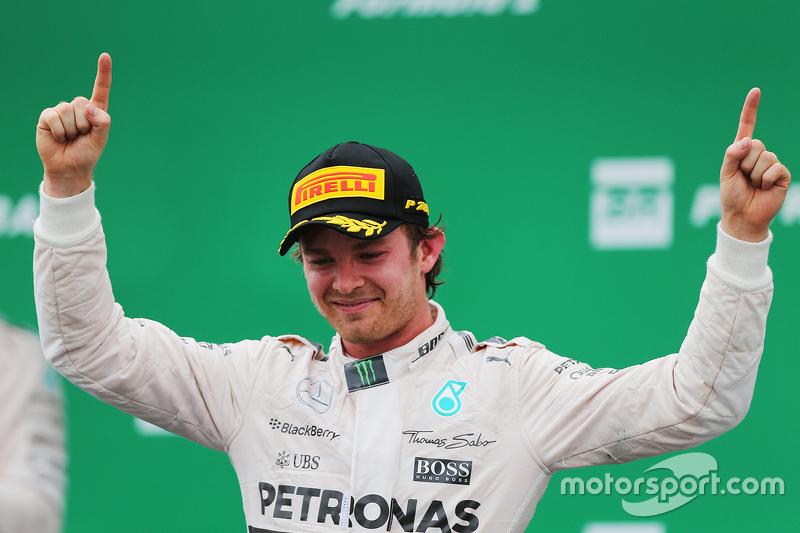 1. Nico Rosberg, Mercedes AMG F1, feiert auf dem Podium