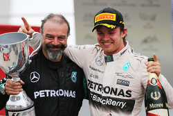 James Waddell with race winner Nico Rosberg, Mercedes AMG F1 W06