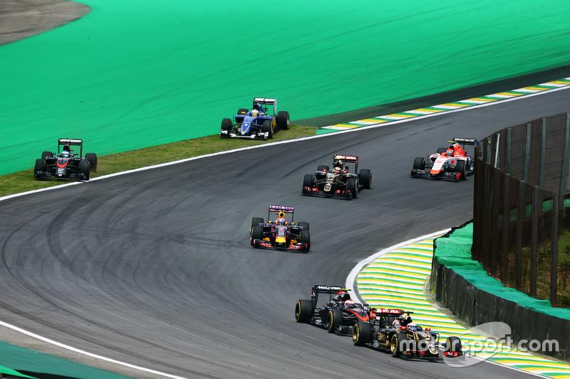 Fernando Alonso, McLaren MP4-30 y Marcus Ericsson, Sauber C34 salen en la primera curva