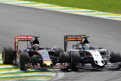 Борьба за позицию - Серхио Перес, Sahara Force India F1 VJM08 и Макс Ферстаппен, Scuderia Toro Rosso STR10