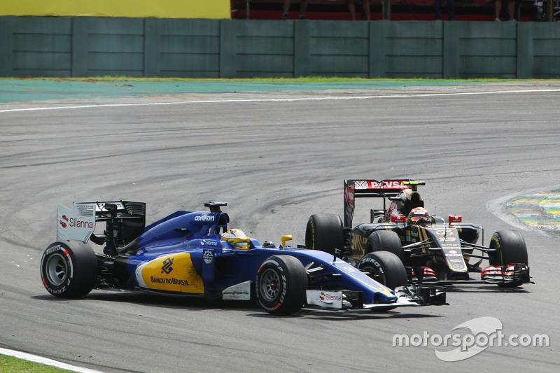 Pastor Maldonado, Lotus F1 E23 and Marcus Ericsson, Sauber C34 make contact