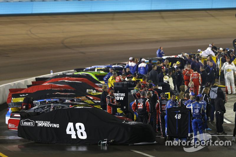 Cars чекають the Старт гонки