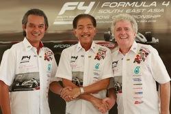 Left to Right: Firhat Mokhzani, F4SEA Managing Director, YM Tunku Datuk Mudzaffar Tunku Mustapha, Chairman Automobile Association of Malaysia, dan Peter Thompson, CEO Triple A