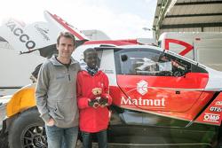 Romain Dumas en Samba, een Senegalese jongen die gered is dankzij Mécénat Chirurgie Cardiaque, met d
