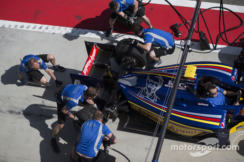 Carlin undertake a pitstop