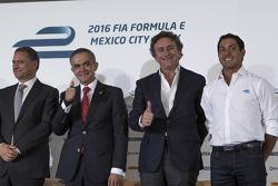(izq-Der) Alejandro Soberón presidente de CIE, Miguel Mancera alcalde de la Ciudad de México Alejand